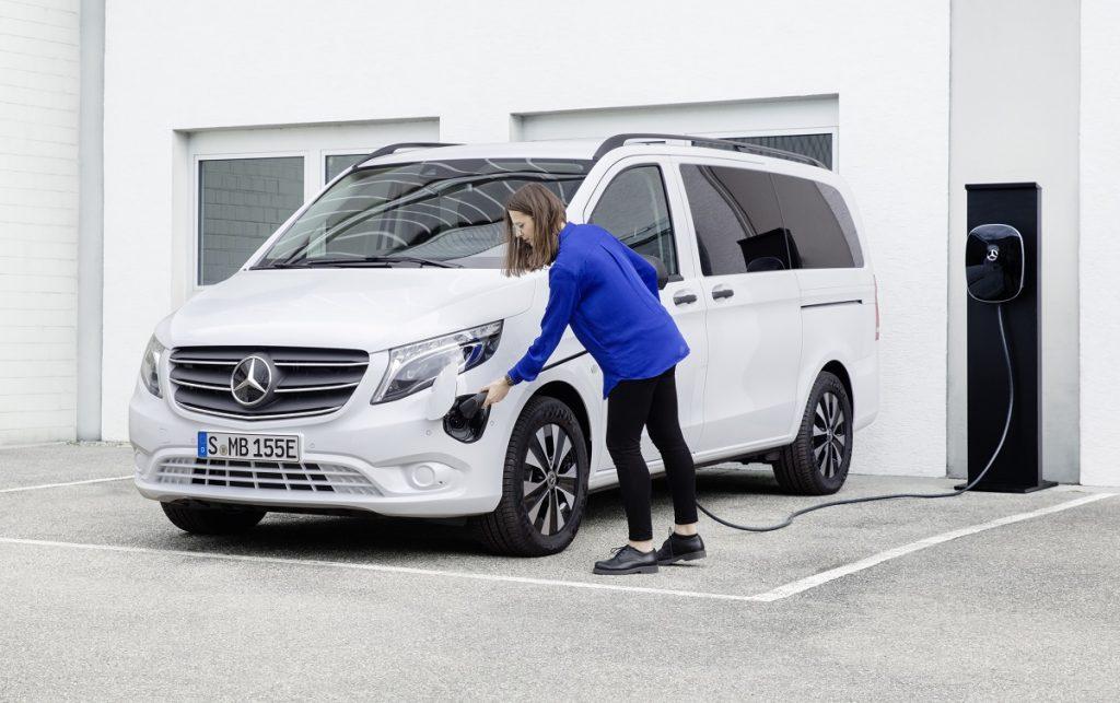 Imagen de un Mercedes evito cargando en un enchufe