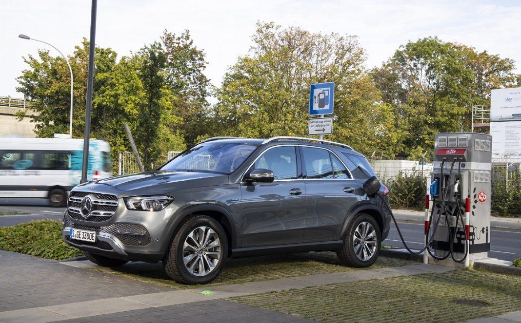 IMagen de un Mercedes GLD hibrido enchufable recargando