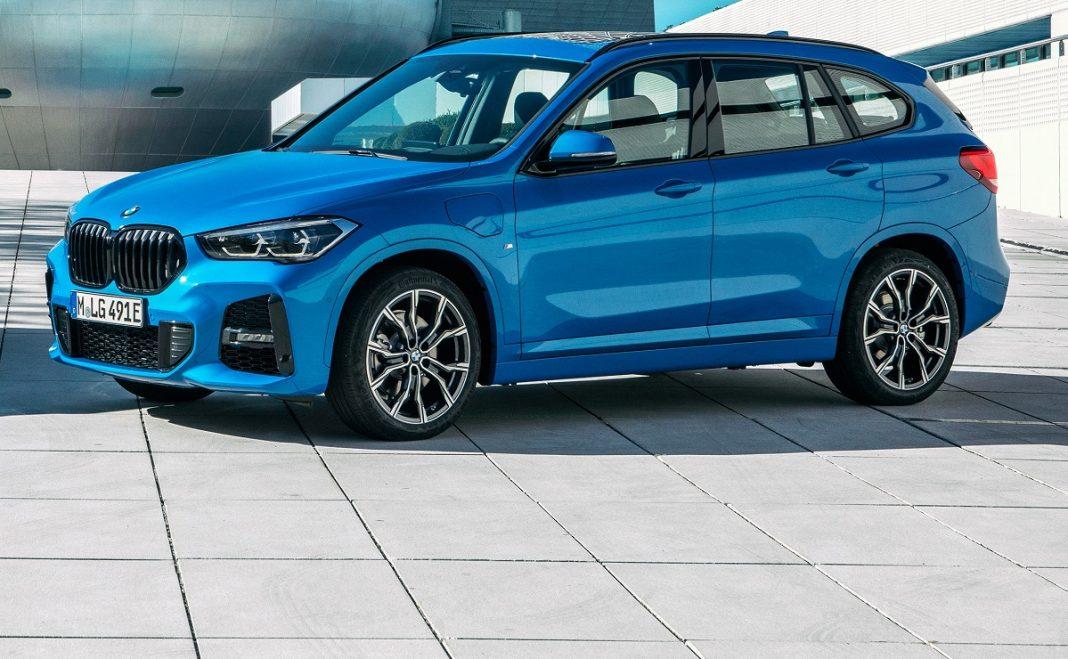 Imagen de un BMW X1 hibrido enchufable de color azul