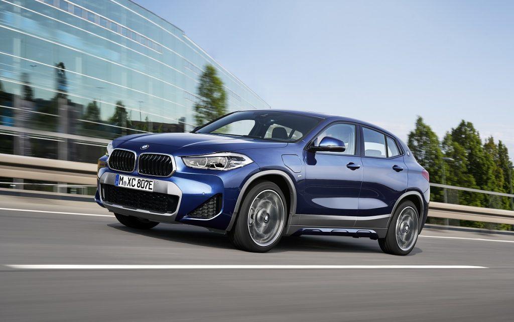 Imagen tres cuartos delantero del BMW X2 híbrido enchufable