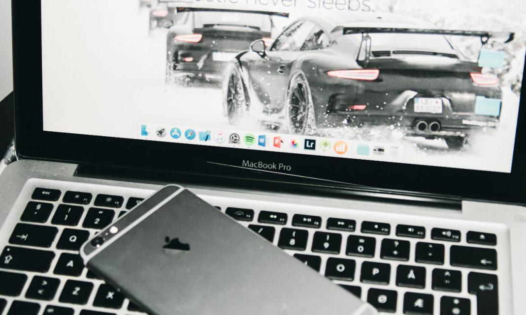 Digitalización coches: imagen de un Porsche visualizado en la pantalla de un ordenador portátil