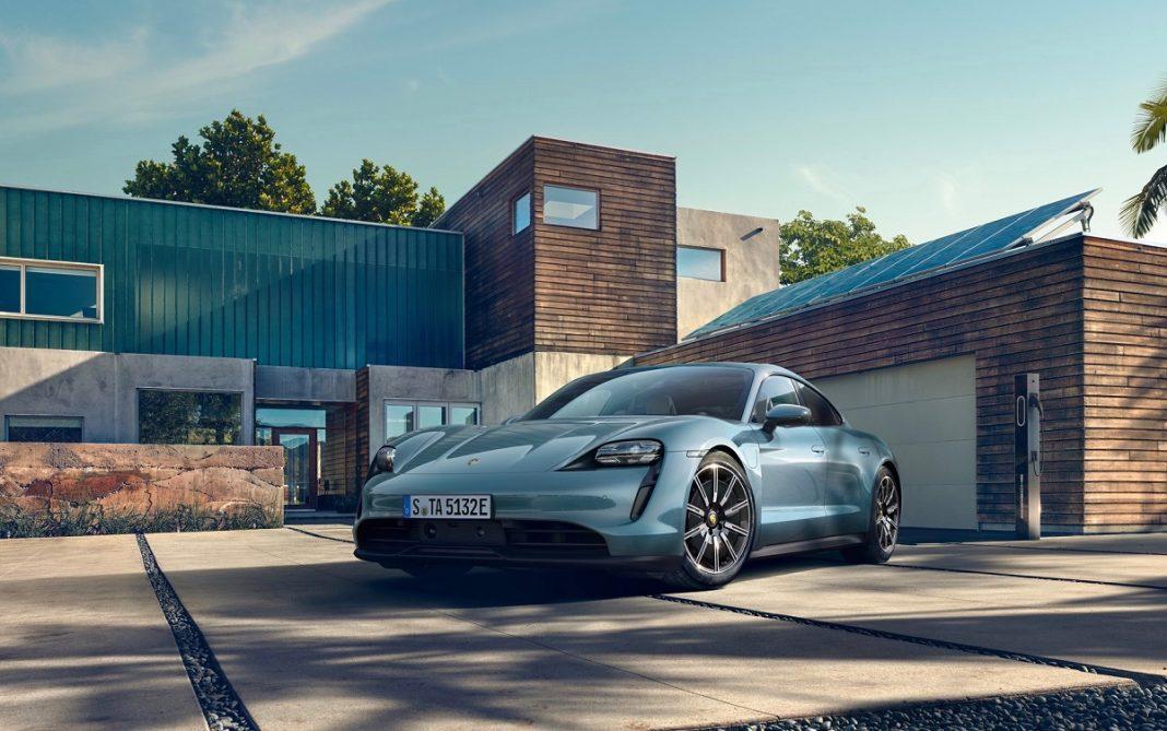 Imagen de un Porsche Taycan aparcado en una casa