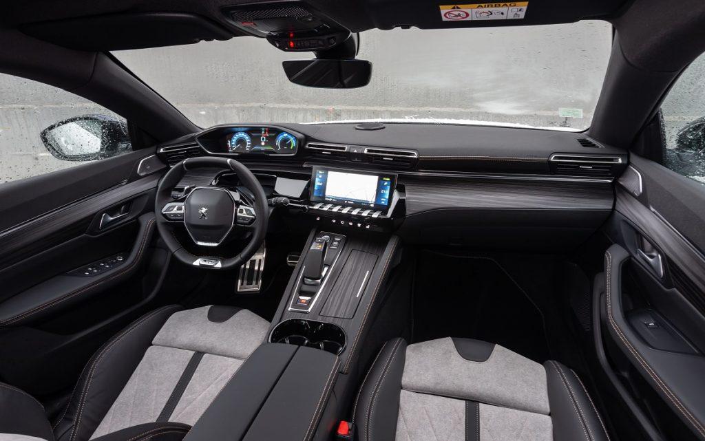 IMagen interior de un Peugeot 508 familiar hibrido