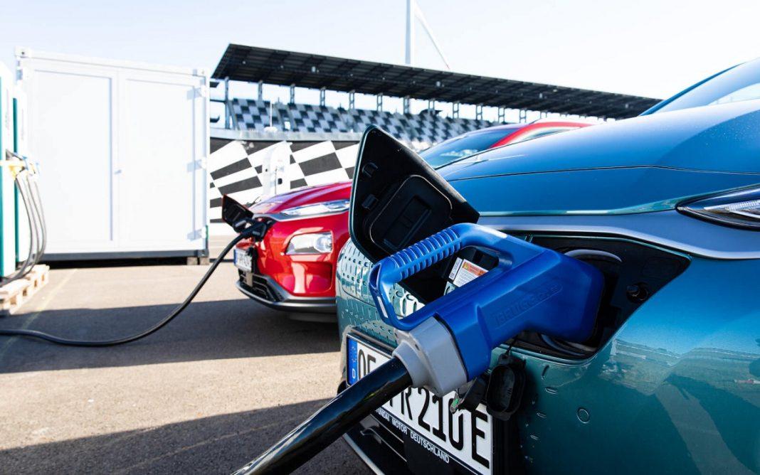 imagen de un coche eléctrico recargando