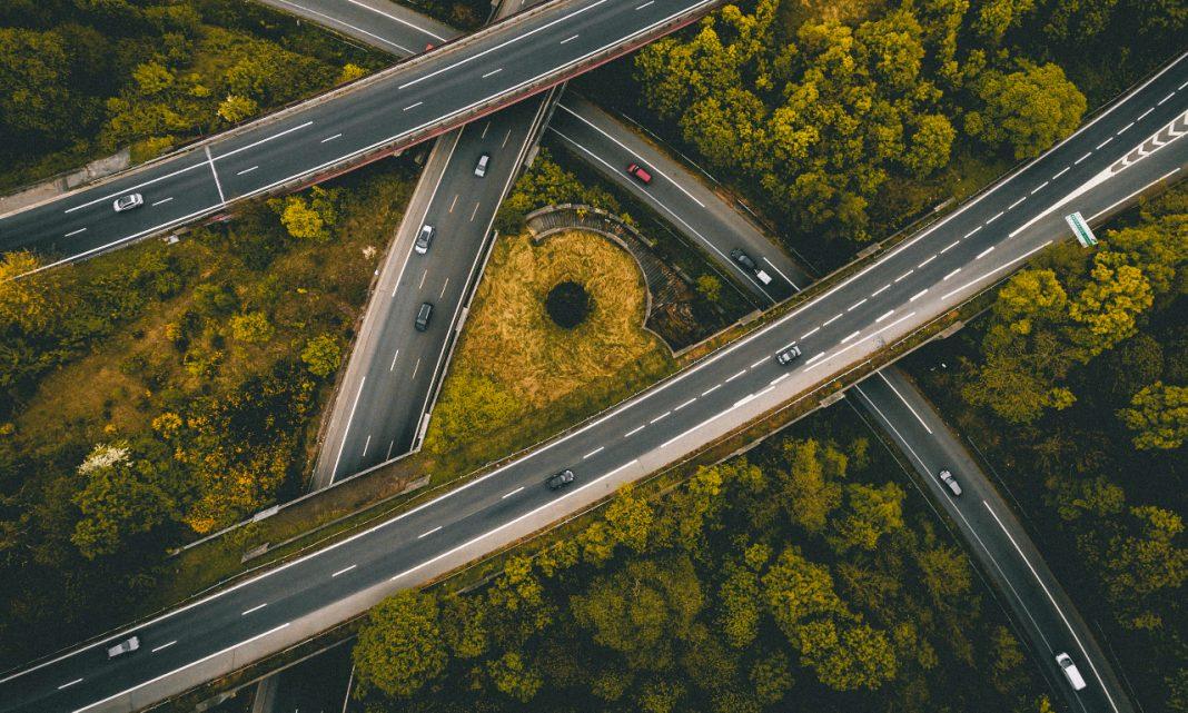 V2X: imagen desde un punto de vista cenital de un cruce de autovías que atraviesan un bosque