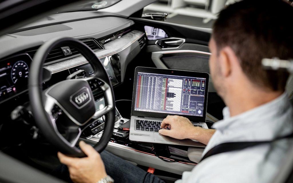 Imagen de un técnico en el Audi e-tron