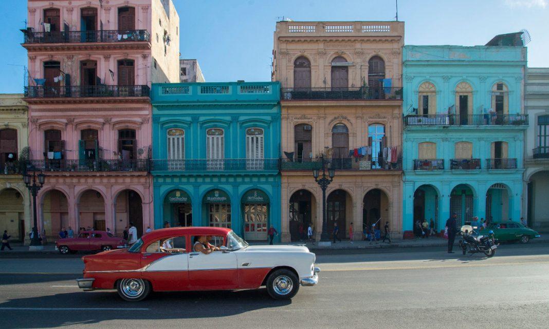 Ciberataques coches: imagen de un coche clásico americano recorriendo las calles de una ciudad cubana