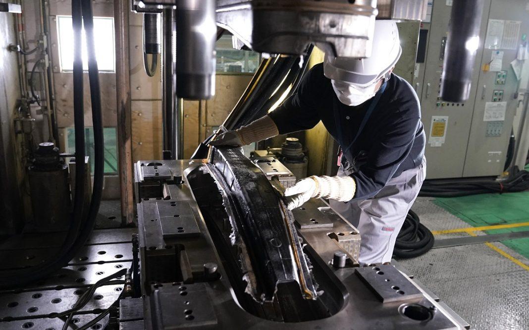 Un técnico de Nissan trabajando con Fibra Carbono