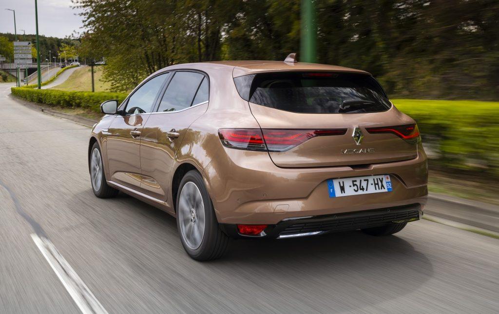 Imagen tres cuartos trasero del Renault Mégane en carretera