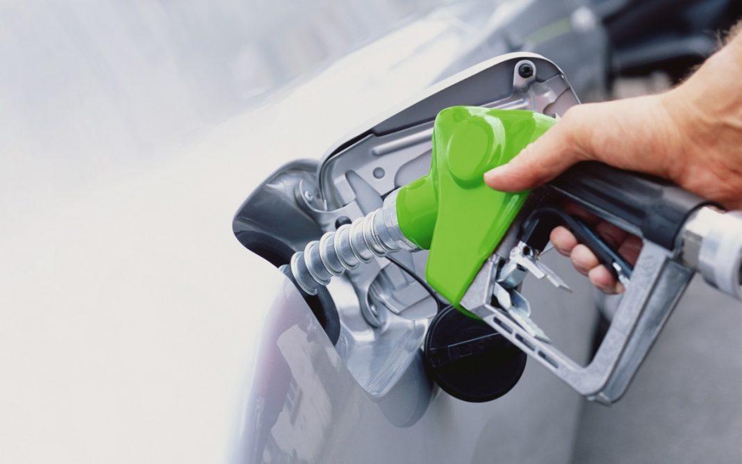 Imagen de una persona Repostando Gasolina