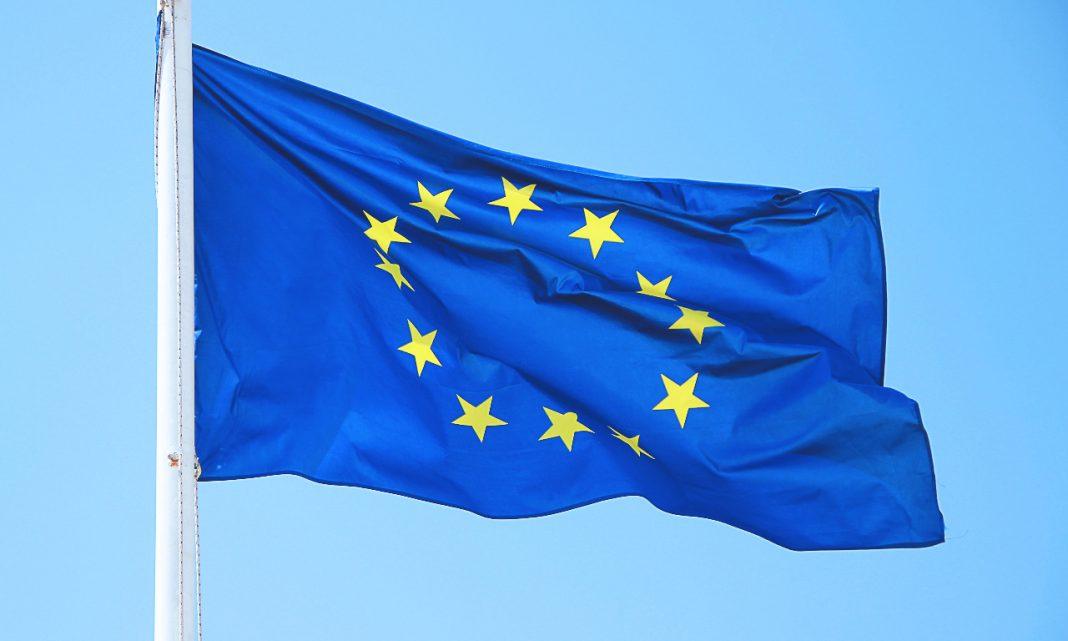 Ciberataques Europa: bandera de la Unión Europea ondeando
