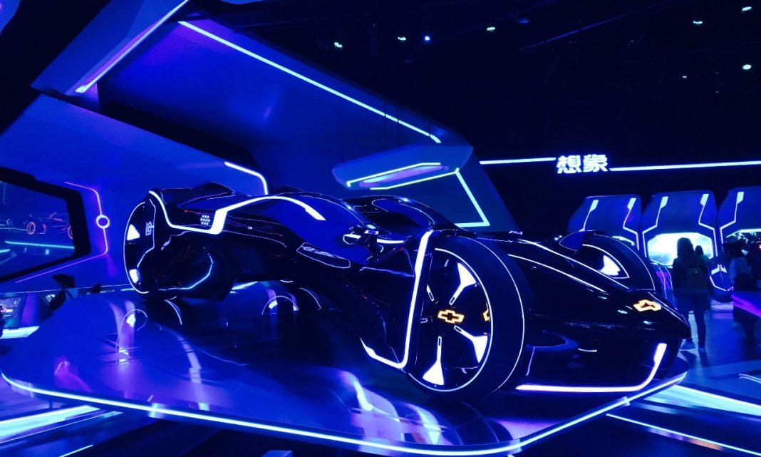 Imagen de un coche prototipo muy futurista en un salón del automóvil