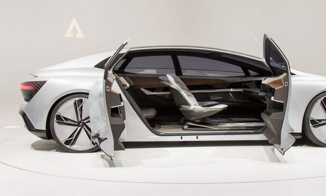 Ciberataques coches: Imagen de un coche futurista con las puertas abiertas, mostrando su interior