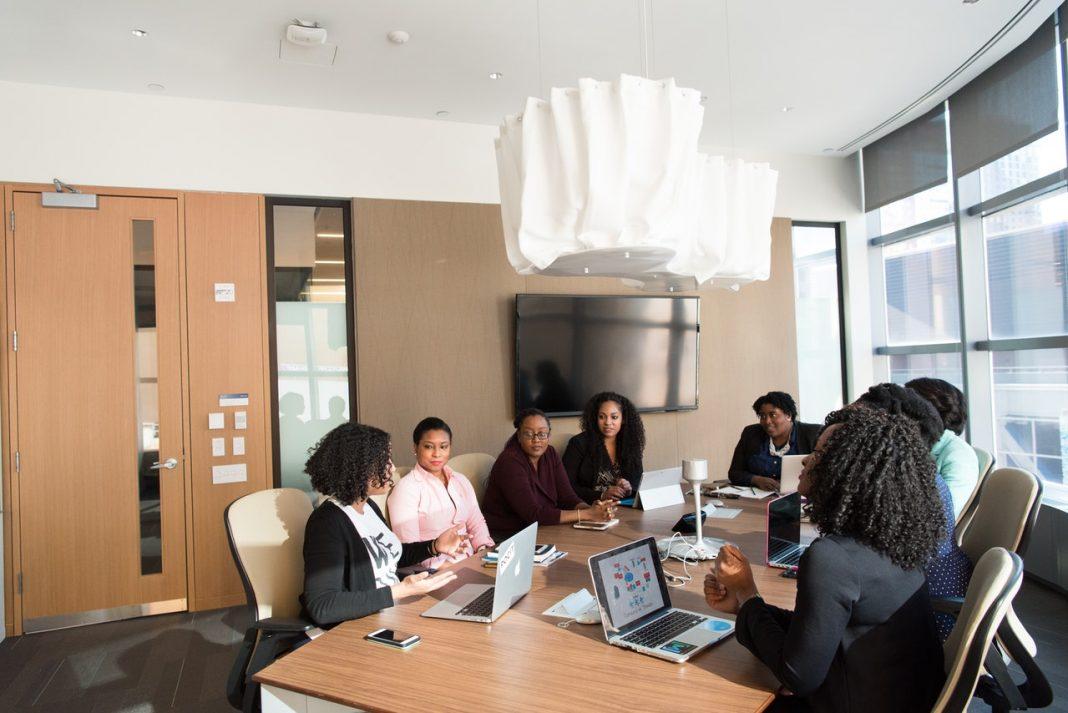Imagen de los trabajadores de una empresa manteniendo una reunión en una oficina