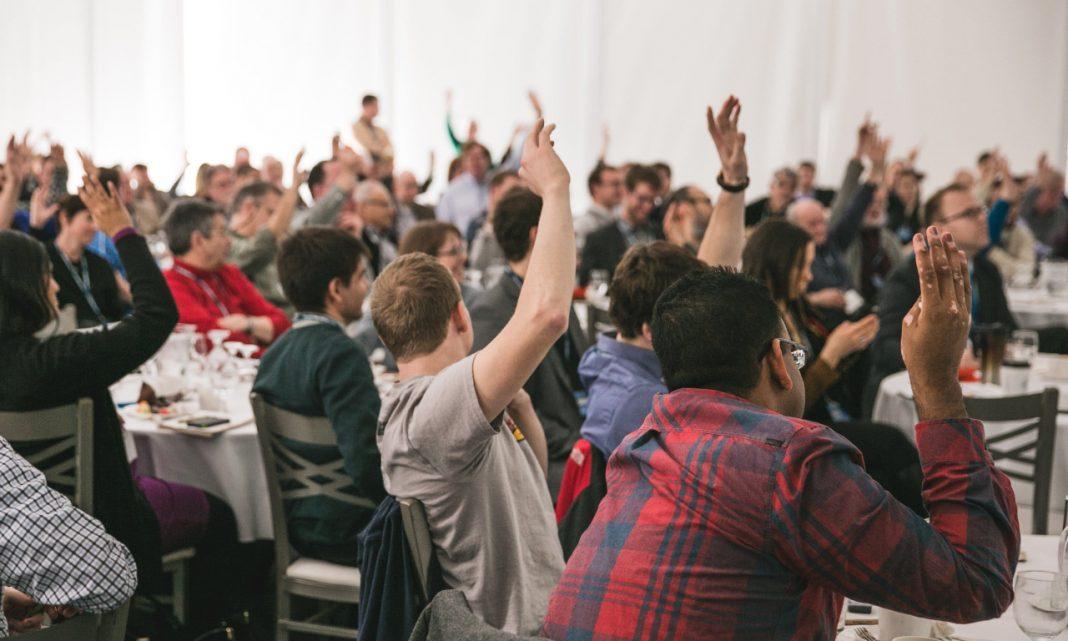 Eventos ciberseguridad septiembre: imagen del saón de un restaurante lleno de gente