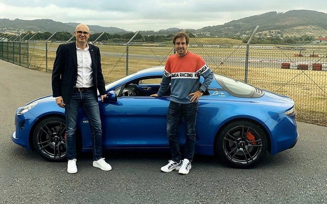 Fernando Alonso posa con el nuevo Alipine A110S