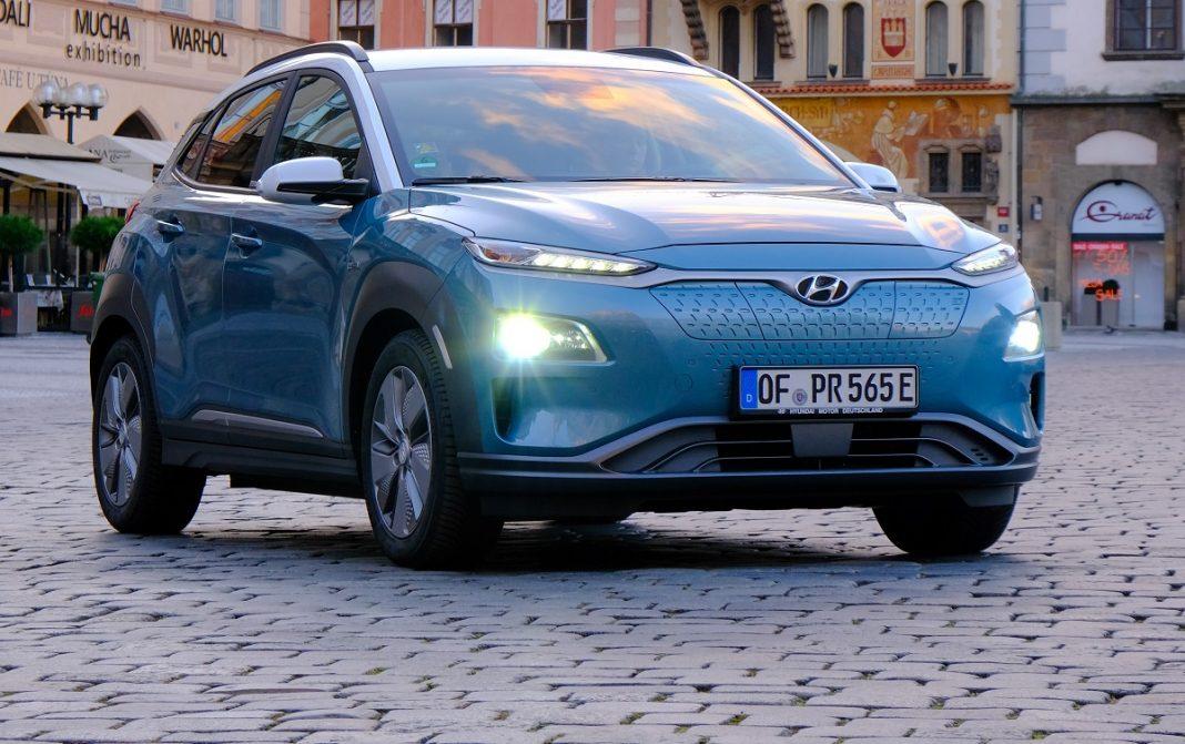 Imagen tres cuartos delantero de un Hyundai Kona eléctrico