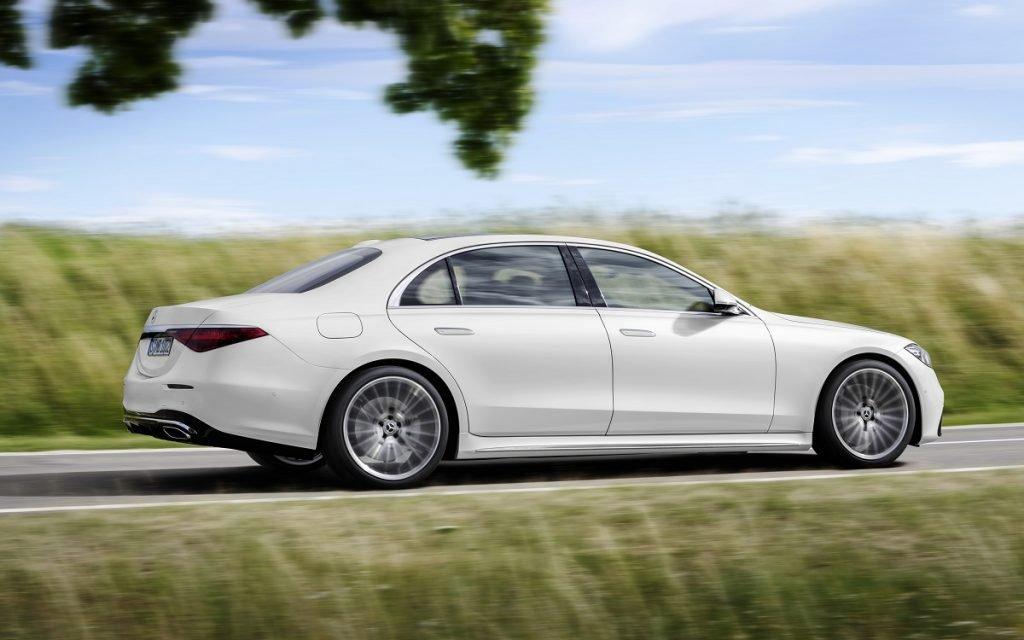 Imagen de un Mercedes Clase S 2021 de color blanco tres cuartos trasero