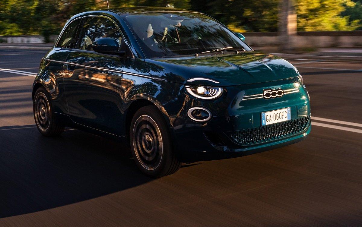Imagen en carretera del nuevo Fiat 500 eléctrico