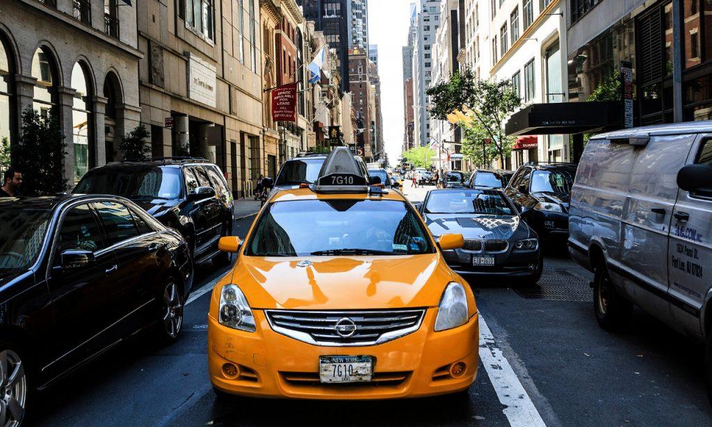 Transporte contaminación: imagen de un atasco en Nueva York, con un taxi amarillo en primer plano