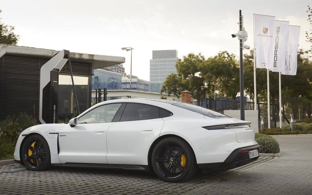 Un Porsche Taycan en recarga en el Centro Porsche Madrid Norte