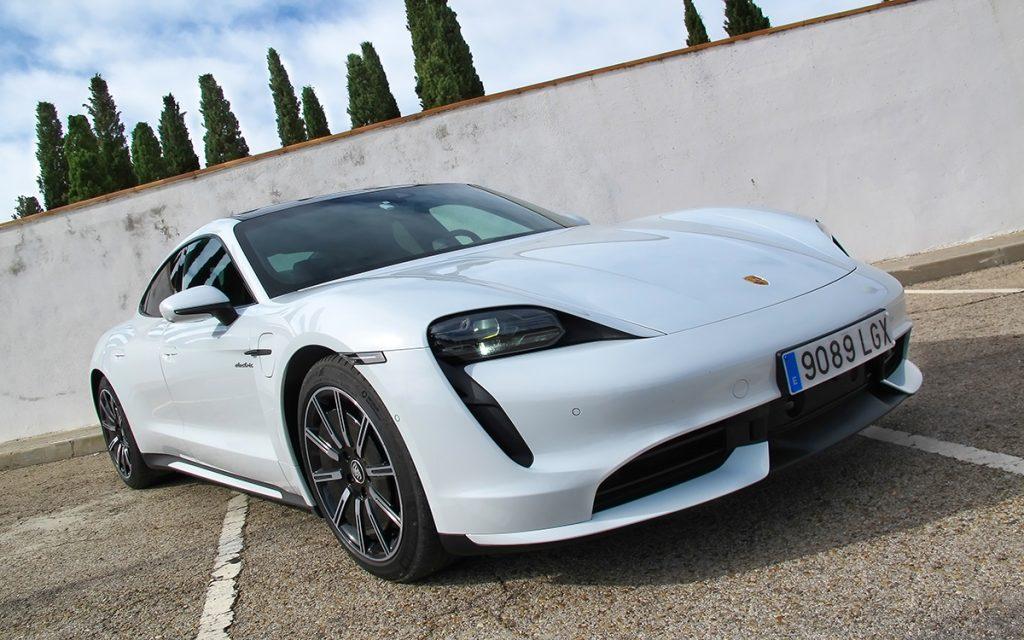 Imagen frontal del Porsche Taycan Turbo