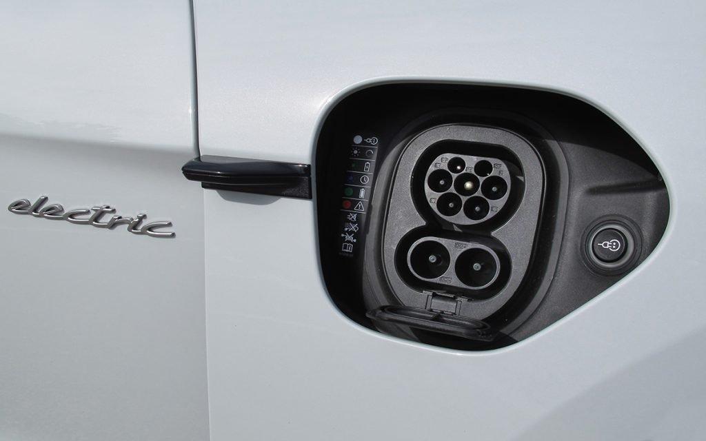 Conector de carga rápida en el Porsche Taycan Turbo