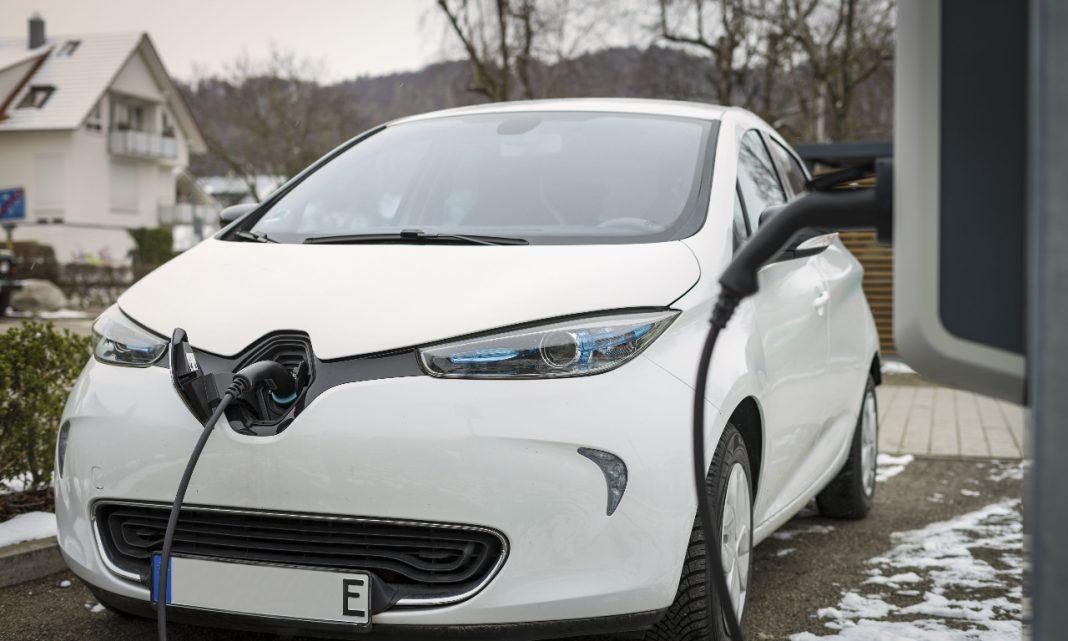 Imagen de un Renault Zoe enchufado a un punto de carga