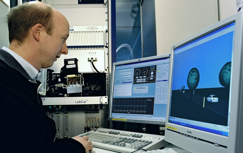 Imagen de un ingeriero frente a un ordenador