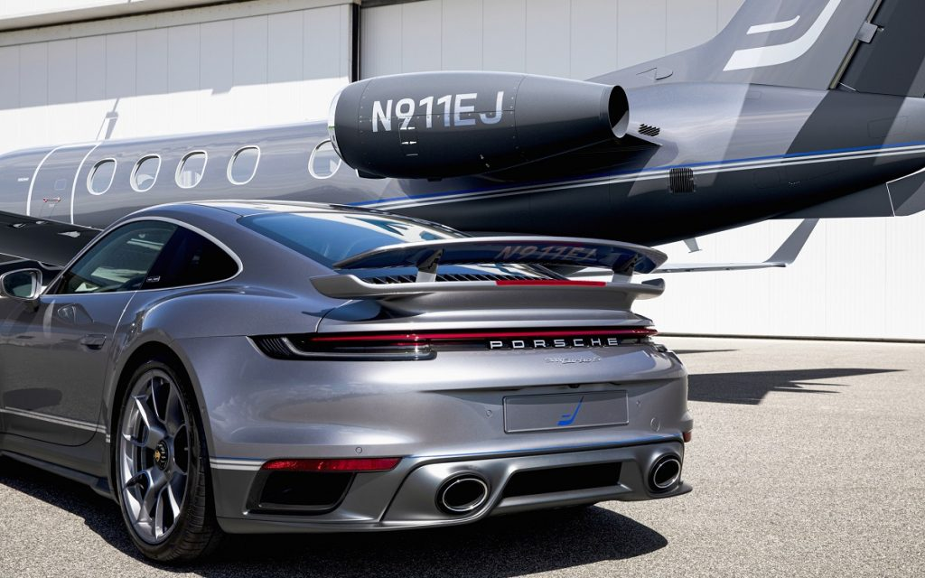 El 911 Turbo S y el Phenom 300 de Porsche y Embraer, por detrás