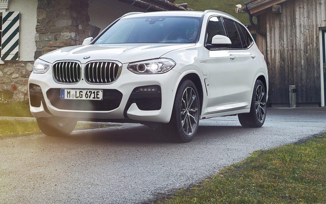 Imagen tres cuartos delantero de un BMW X3 30e de color blanco