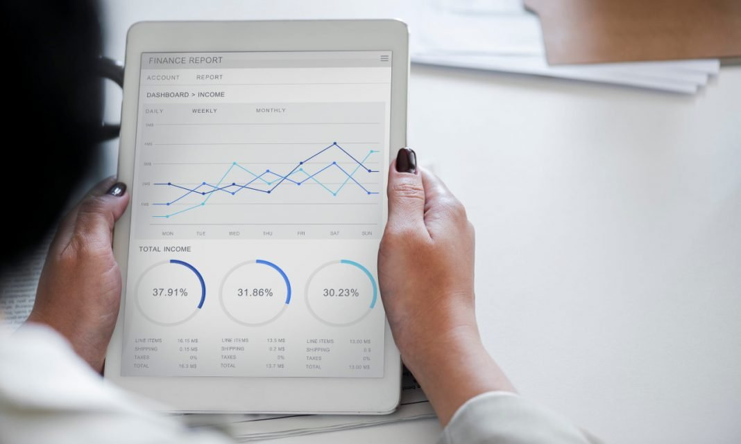 Imagen de una mujer consultando una tablet en la que se muestran diversos gráficos