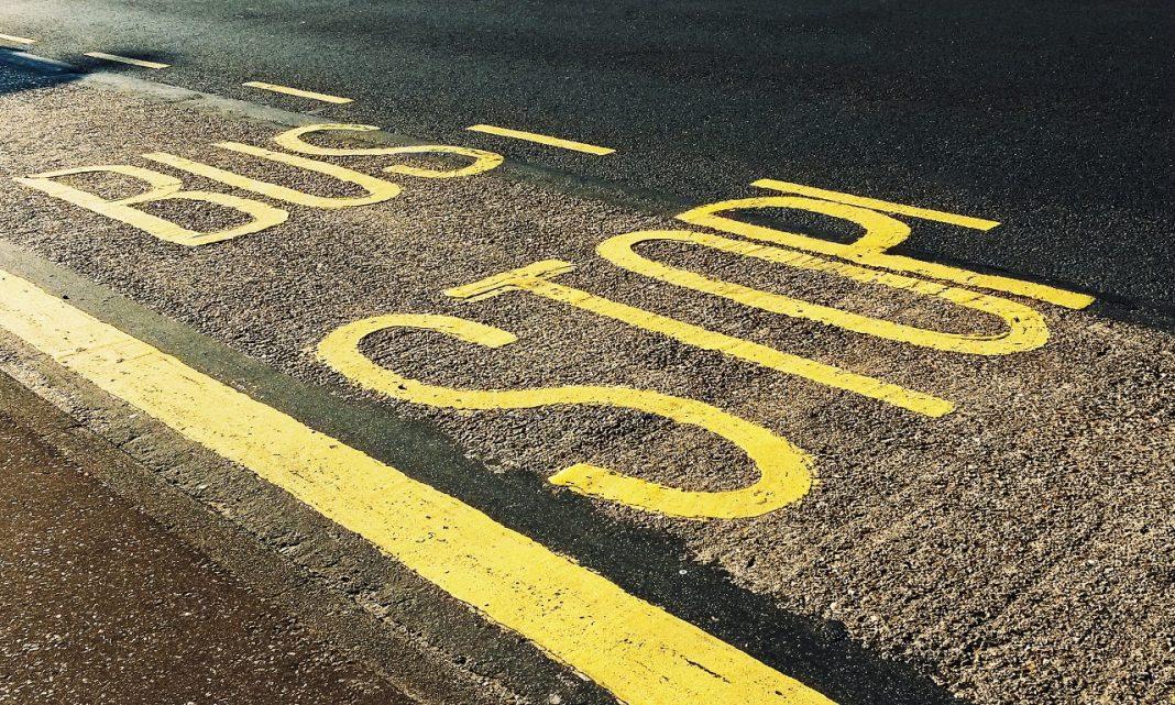 Imagen del asfalto de una calle donde están pintadas unas letras de