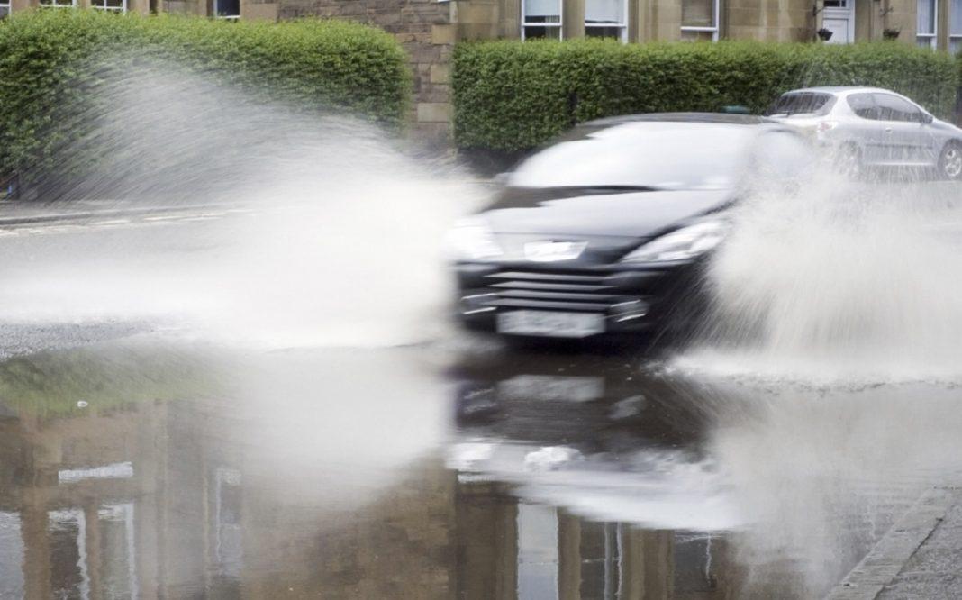 Imagen de un coche haciendo Aquaplanning