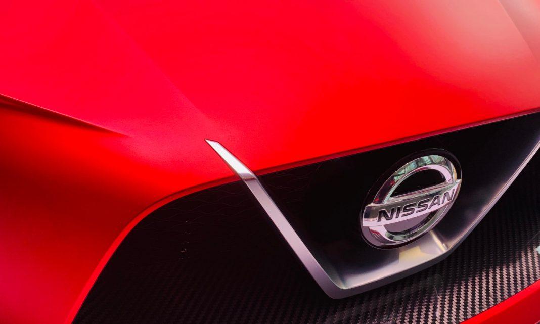 Imagen de la calandra de un modelo de Nissan, con el emblema de la marca en el centro