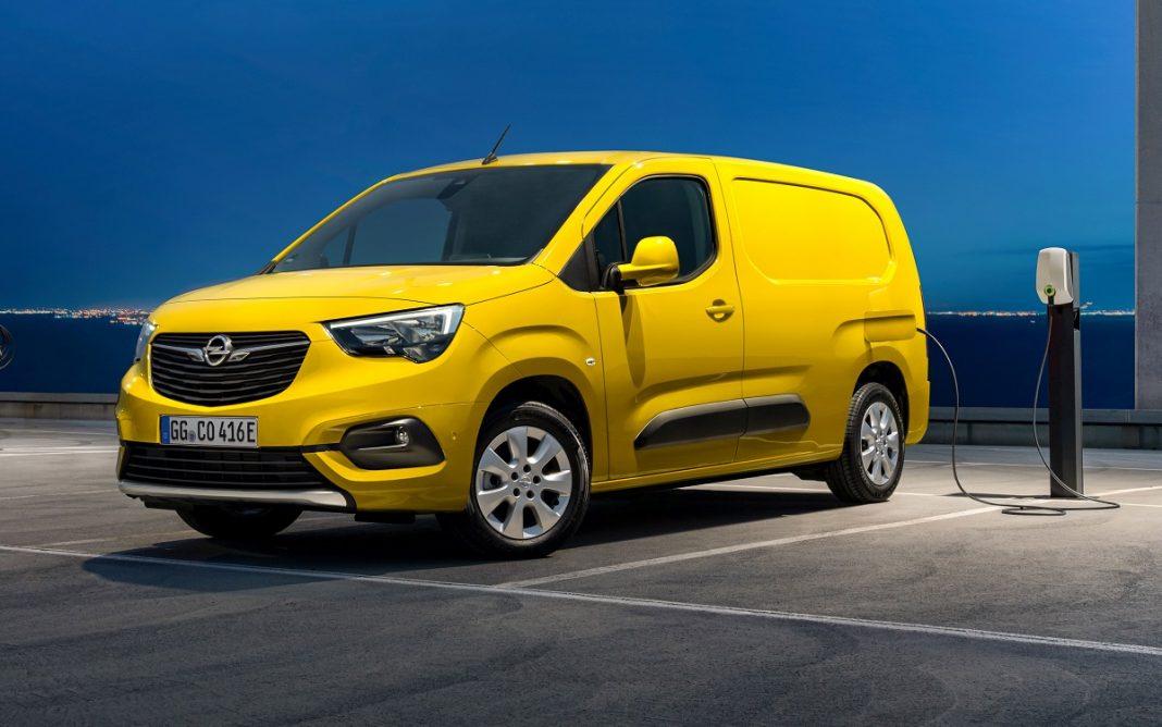 Imagen tres cuartos delantero de un Opel Combo-e Cargo