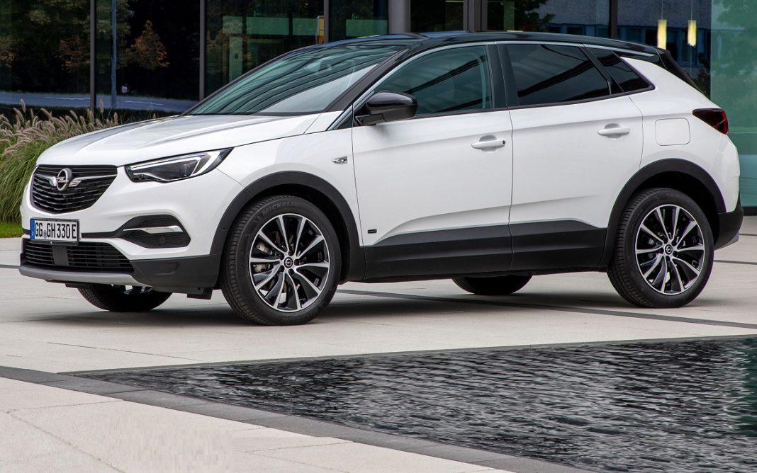 Imagen tres cuartos delantero de un Opel GrandLand X de color blanco y negro