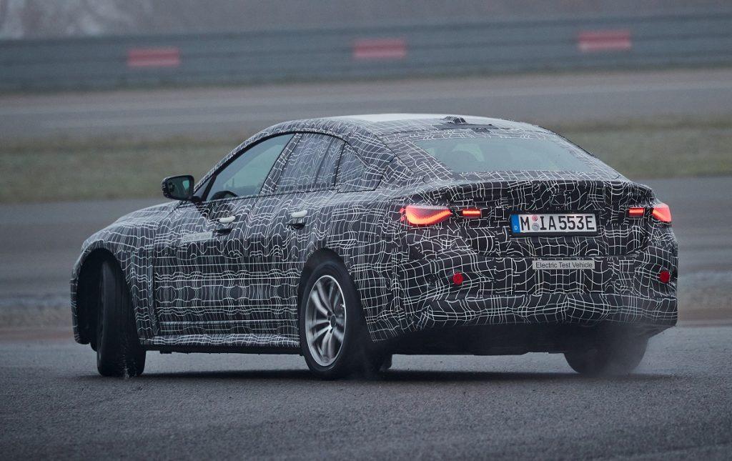IMagen tres cuartos trasero del BMW i4