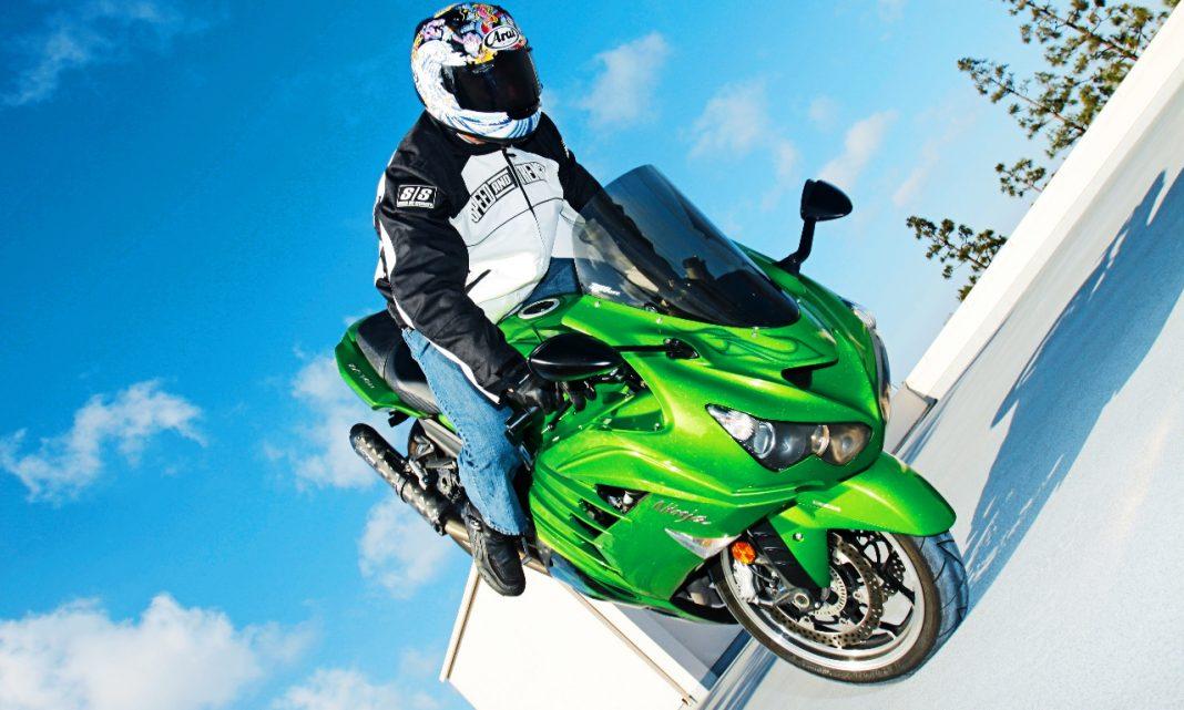 Imagen de una moto Kawasaki haciendo un caballito