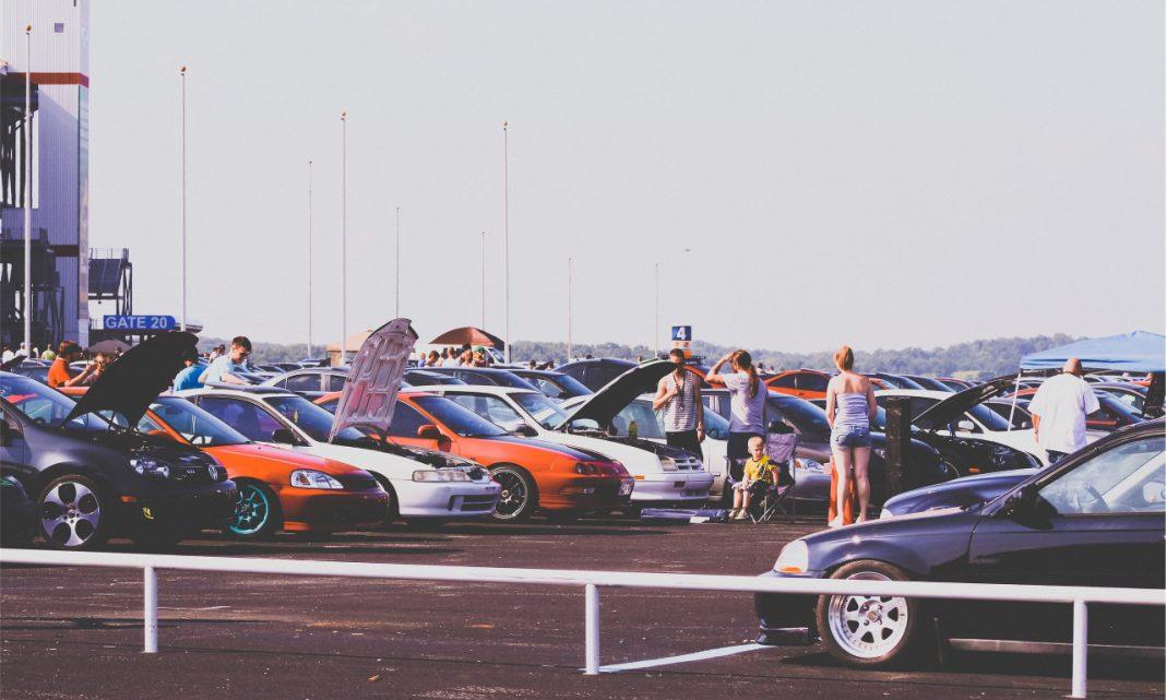 Imagen de una concentración de coches sobre una explanada