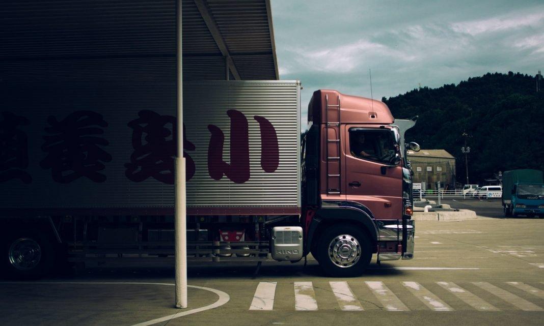 Imagen de un camión saliendo de un almacén