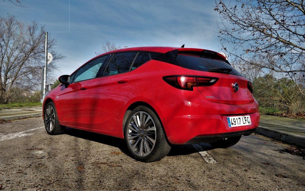 Imagen tres cuartos traseros Opel Astra