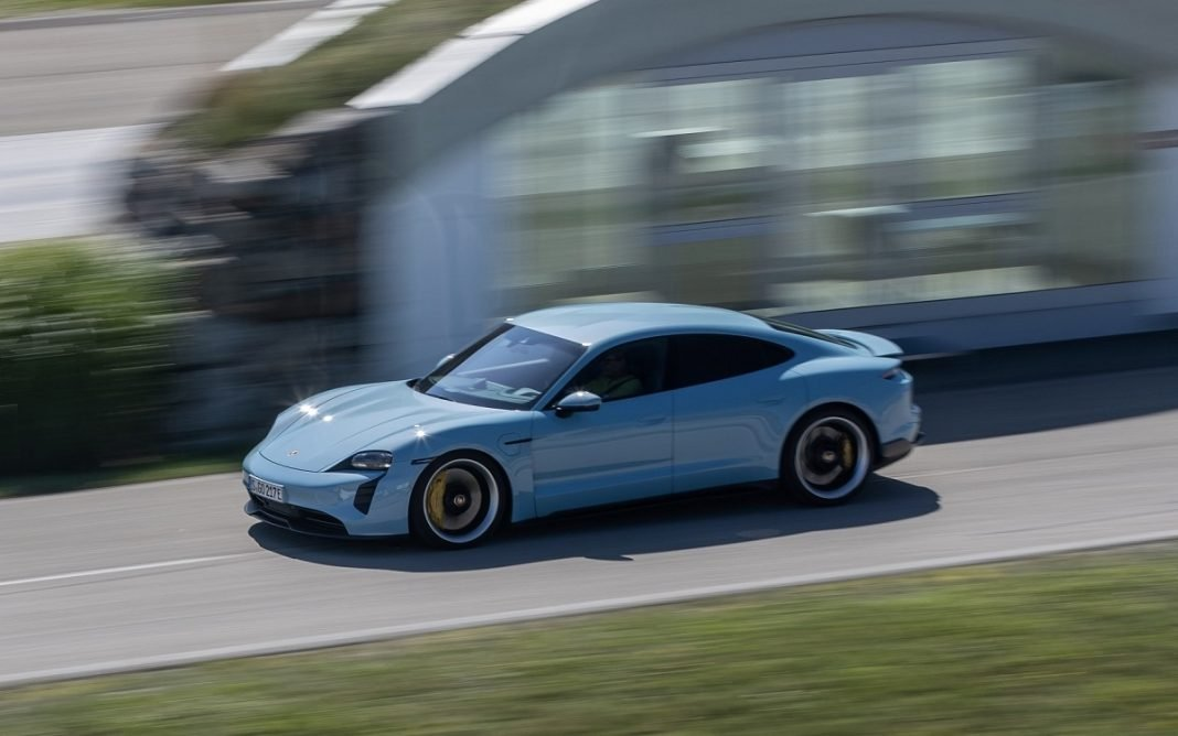 Imagen Porsche Taycan en autopista