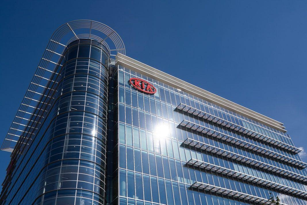 Imagen de un edificio corporativo de Kia. Tiene la fachada de cristal y el logo de la marca sobre ella