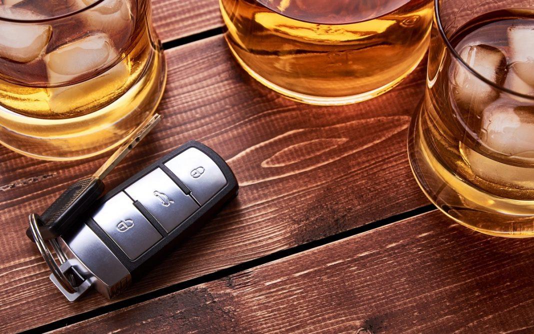 Imagen de una llave de coche entre copas