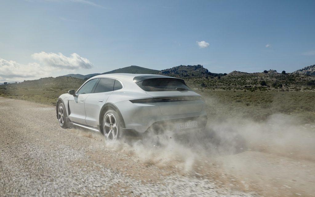 Imagen del Porsche Taycan Cross Turismo en un camino
