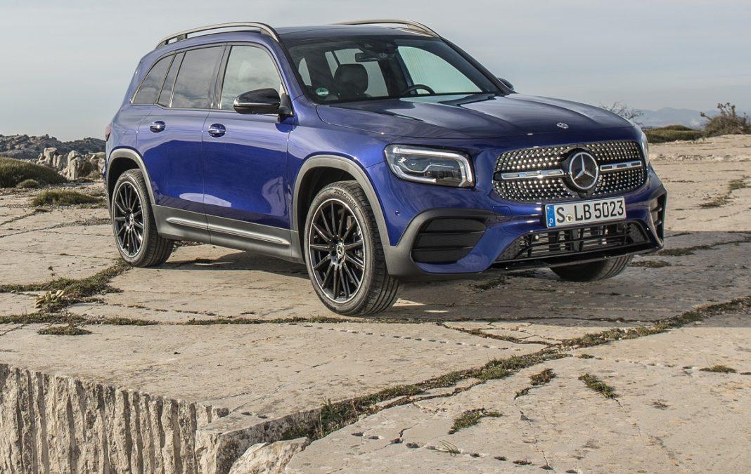Imagen tres cuartos delantero de un Mercedes GLB azul