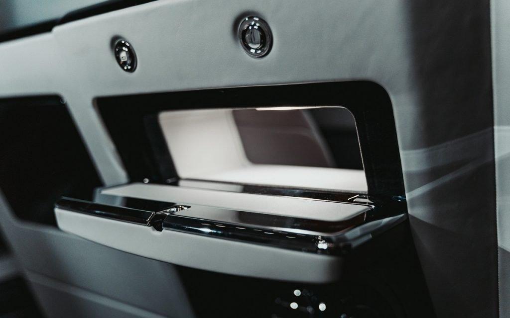 Detalle del pasadocumentos de la Rolls-Royce Privacy Suite