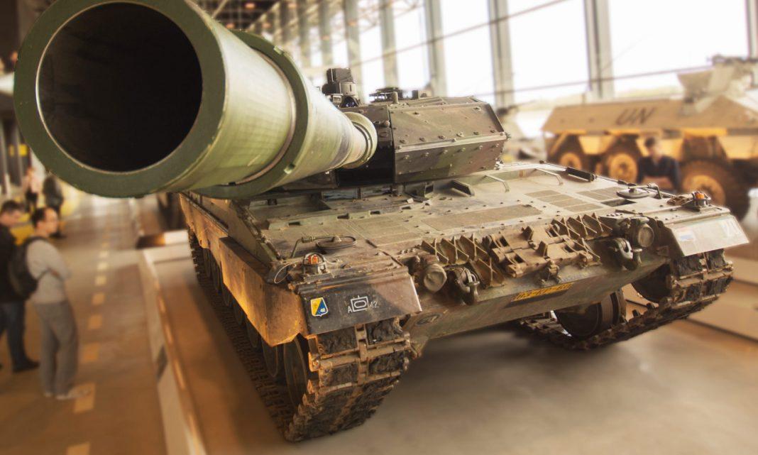 Imagen de un tanque con el cañón apuntando muy cerca de la cámara