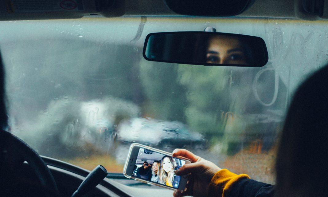 Un grupo de amigos se hace un selfie dentro de un coche.